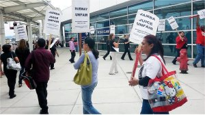 Low-wage workers picket Oakland Airport.WW photo: Terri Kay