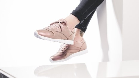 reebok-wmns-classic-leather-pearlized-rose-bd4308-mood-1