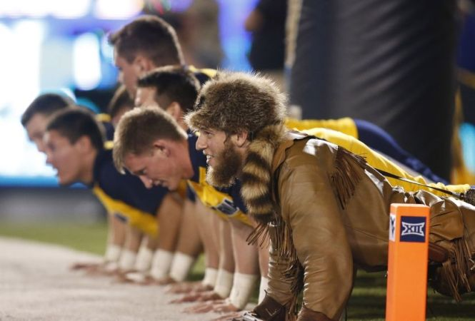Mountaineer celebrates TD by doing pushups with cheerleaders at WVU vs. Towson game