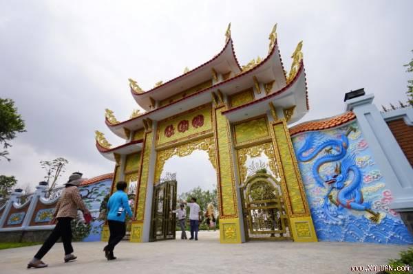 Cổng vào khu vực đền thờ tổ