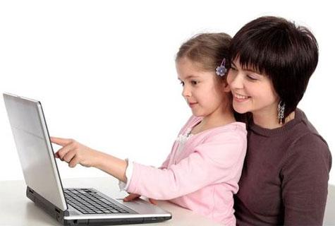 Μαμά και κόρη σερφάρουν στο internet