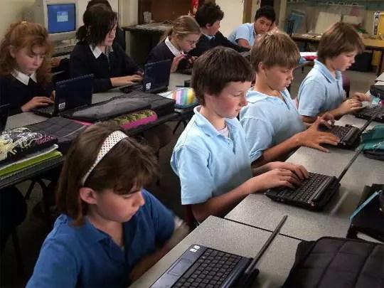 Μαθητές με λάπτοπ