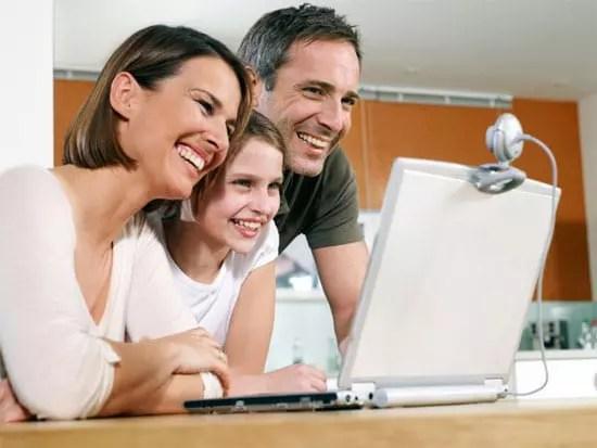 Οικογένεια στο laptop