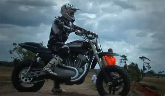 Ανάποδο γύρισμα με μηχανή Harley Davidson