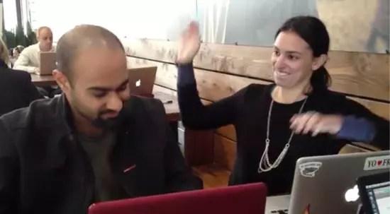 Προσέλαβε κοπέλα να τον χαστουκίζει κάθε φορά που μπαίνει στο Facebook!