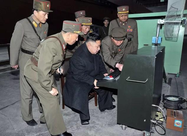 Ηγέτης της Βόρειας Κορέας Kim Jong-un εξετάζει τον τελευταίο εξοπλισμό μάχης