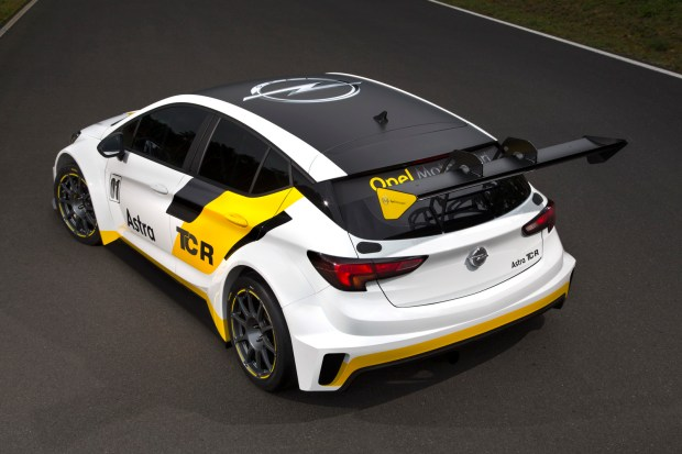 For customer racing: A limited numbers of Opel Astra TCRs will be delivered to selected teams at the end of February 2016.