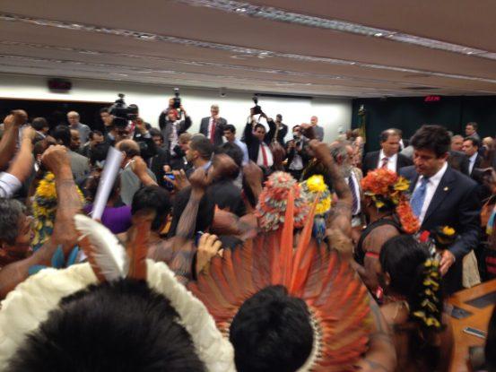 Atingidos e ameaçados por usinas na Amazônia protestam no dia dos Direitos Humanos
