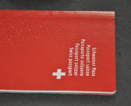 Mon passeport suisse bientôt hors d'usage, avec ses petites croix en relief. Cette version du document a été mise en circulation en 2003.