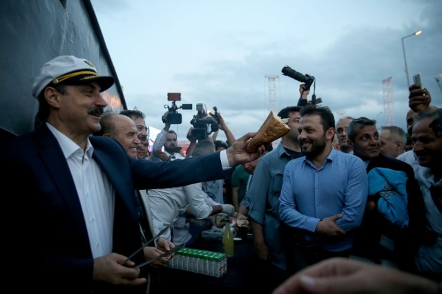 Gıda Tarım ve Hayvancılık Bakanı Faruk Çelik, İstanbul Rumeli Feneri'nde düzenlenen 2016-2017 Su Ürünleri Av Sezonu açılışına katıldı. Bakan Çelik ve Başkan Topbaş, tören alanına kurulan balık tezgahında balık hazırlayarak vatandaşlara dağıttı. ( Şebnem Coşkun - Anadolu Ajansı )