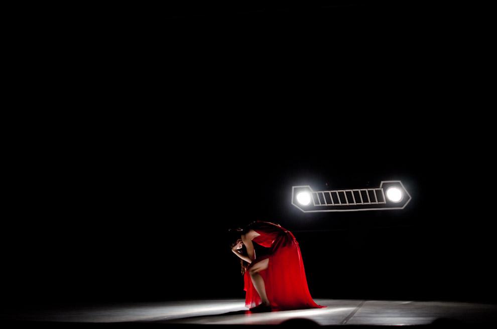 """Una bailarina del elenco del Ballet Nacional del Paraguay interpreta la primera parte de la obra """"Isadora"""" escrita por Augusto Roa Bastos, en el Centro Cultural de España Juan de Salazar, en el mes de Septiembre. (Elton Núñez)"""