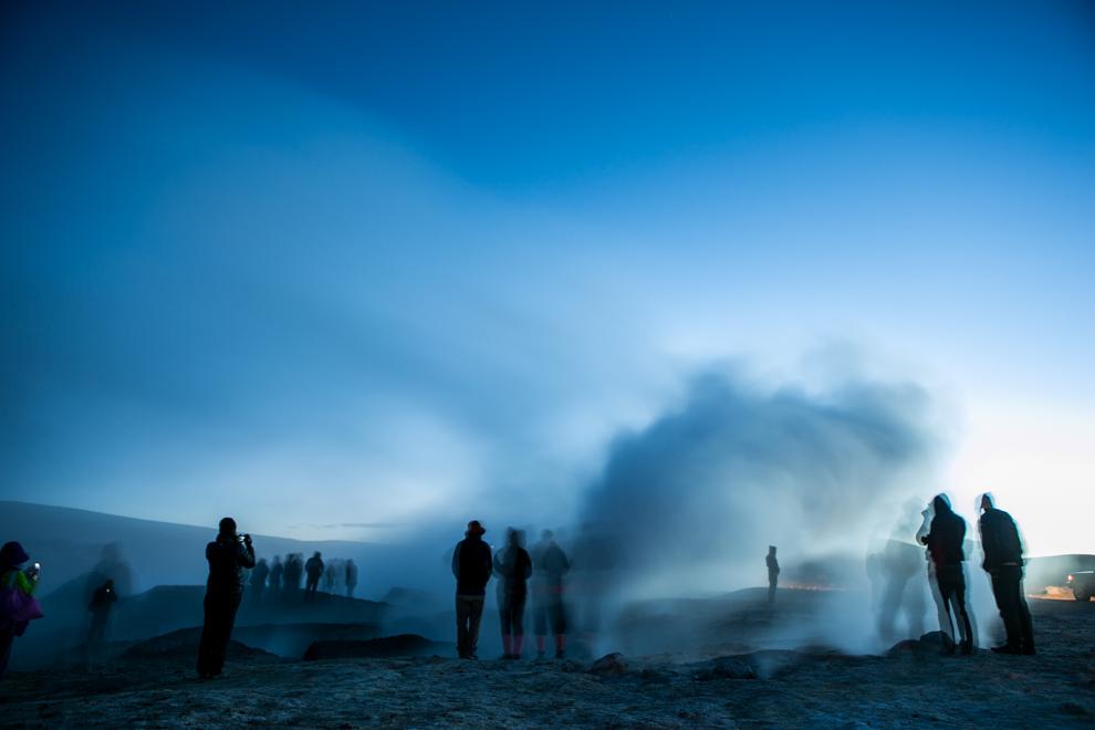 El Sol de Mañana es un área desértica de aproximadamente, al sur de la Laguna Colorada, se caracteriza por tener intensa actividad volcánica, incluyendo fumarolas y géiseres, en los cráteres ubicados en la región se puede observar lava hirviendo intensamente; adicionalmente, las fumarolas y géiseres emiten vapores mixtos de agua y vapor caliente que alcanzan alturas de 10 a 50 metros. (Tetsu Espósito)