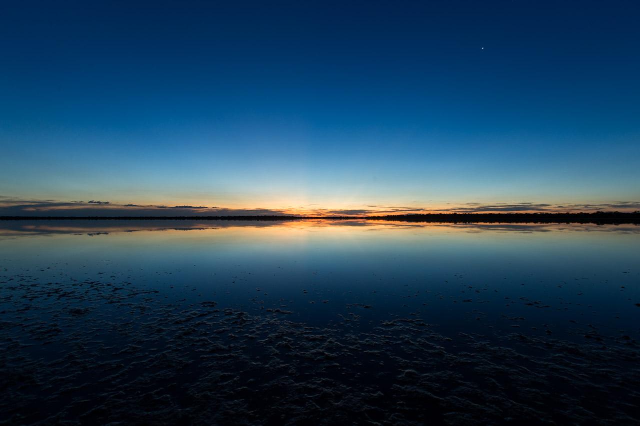 Un silencioso atardecer se posa sobre las aguas de la Laguna Chaco Lodge, a unos 450 kilómetros de Asunción. (Tetsu Espósito).