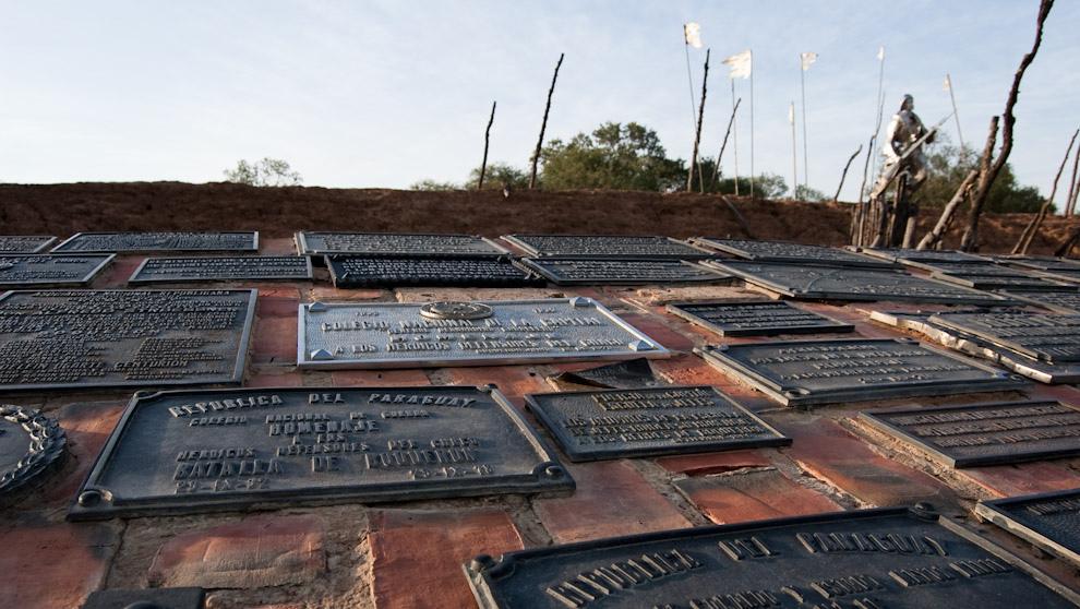 Placas de conmemoración de distintas organizaciones, instituciones y colegios son depositados en un monumento como homenaje a los Héroes de la Guerra del Chaco en el Fortín Boquerón. (Elton Núñez - Boquerón Paraguay)