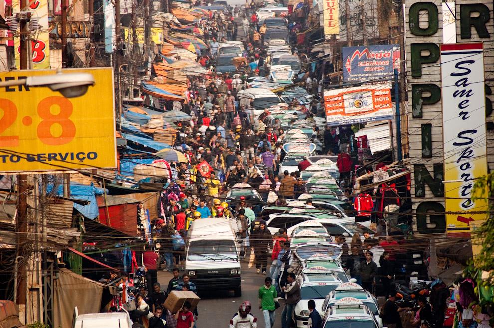 Intenso movimiento en el Centro de la Ciudad y zona de Mercados, ésta es la Marginal Sur de la Ruta Principal Internacional, albergue de mucho mercado, gente y tráfico vehicular. (Elton Núñez - Ciudad del Este, Paraguay)