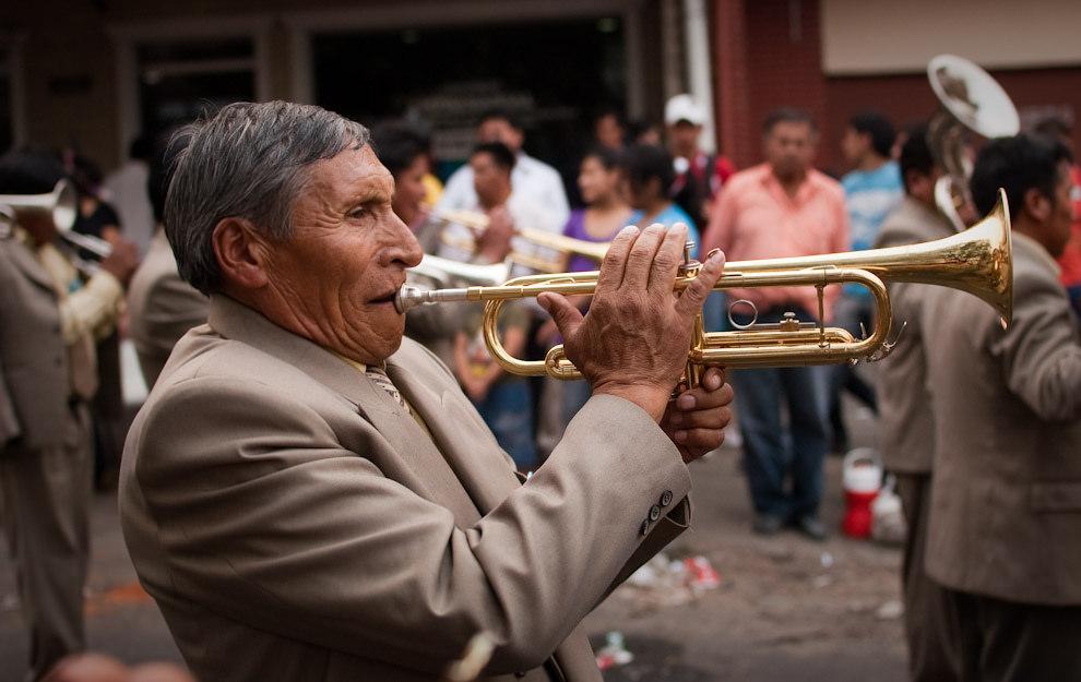 Un trompetista boliviano ejecuta su instrumento en una orquesta parte del desfile Boliviano celebrando el día de la virgen de Urkupiña el 4 de Setiembre en Asunción por comparsas y bailarines diversos. (Elton Núñez - Asunción Paraguay)