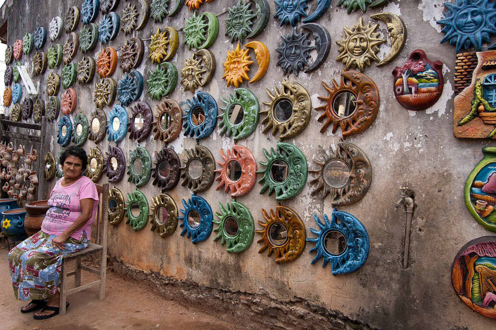 Una mujer vende artesanías con formas esotéricas en su Alfarería de Areguá, en la temporada alta de visitas a la ciudad. (Elton Núñez - Areguá, Paraguay)