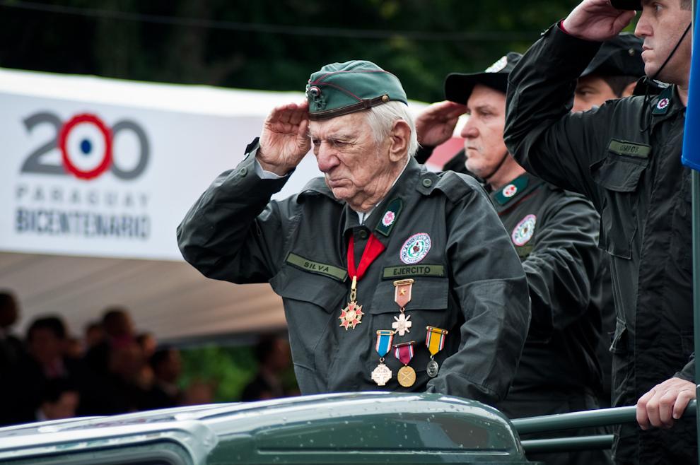 El Capitán Fernando Silva, Héroe de la Guerra del Chaco, con sus 102 años de edad, encabezó la marcha de la Unión de Reservistas, en un momento de emoción incontenible para todos los que asistieron al desfile. Ex-combatiente de la Guerra del Chaco, fue comandante del Regimiento Valois Rivarola, condecorado por su actuación en el conflicto internacional, defendiendo a nuestra tierra. (Elton Núñez - Asunción, Paraguay)