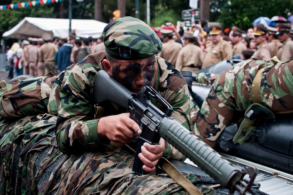 """Soldados de Operaciones Especiales de la Armada Paraguaya acostados sobre los """"Zodiacs"""" en la posición de ataque sorpresivo por agua. (Elton Núñez - Asunción, Paraguay)"""