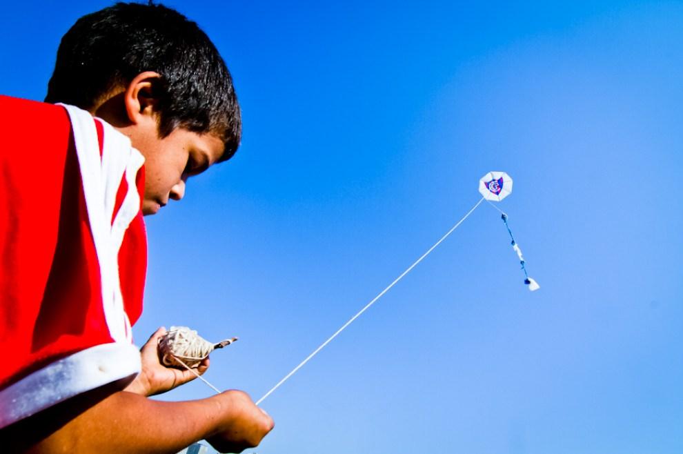 En el Parque Bicentenario los niños armaban pandorgas de sus clubes favoritos y las hacían volar. (Tetsu Espósito)