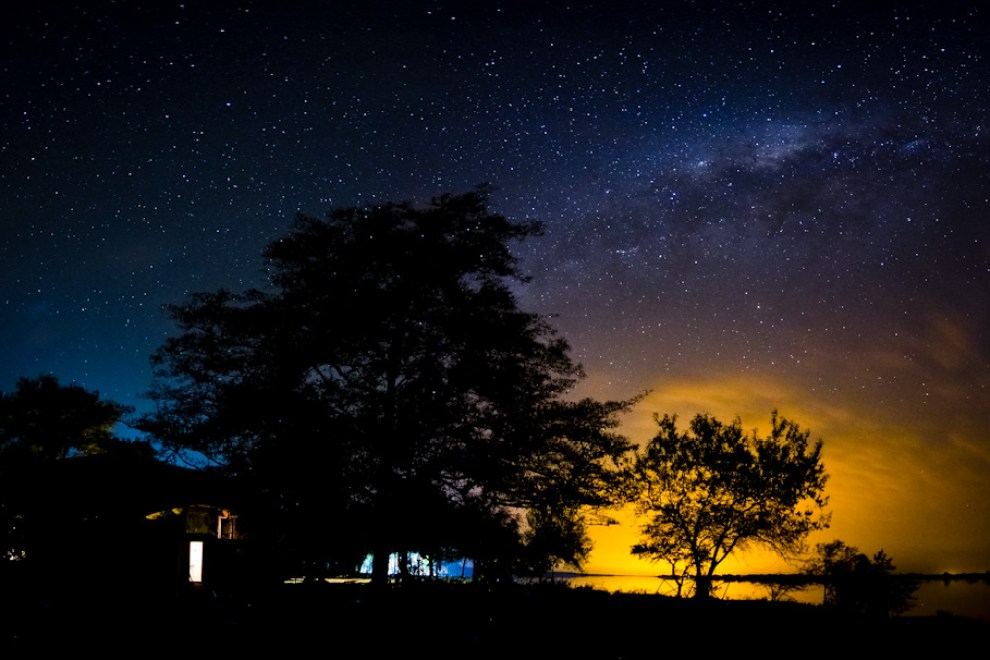 La Sabana Paraguaya, una entrega sobre las increíbles imágenes que Paraguay tiene para mostrar. En Zanjita, después de realizar distintas tomas, pude armar esta panorámica de la Vía Láctea, que se extendía imponente en una noche sin luna.. Para realizar tomas nocturnas del cielo estrellado hay que alejarse de las ciudades y así evitar toda polución de luz que pueda generar problemas a la hora de realizar tomas de larga duración. (Tetsu Espósito)