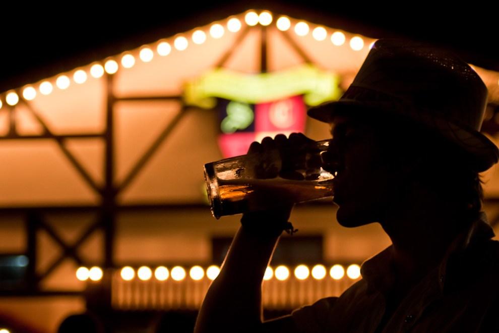 A fines del 2011 te traíamos la tradicional Choppfest o fiesta de la cerveza que se realiza anualmente en las ciudades de Obligado y Colonia Independencia. Aquí un asistente bebe su manija de chopp frente a la sede social del Club Alemán en la tercera noche del Festival de la Cerveza en la colonia Obligado, departamento de Itapúa. (Elton Núñez)