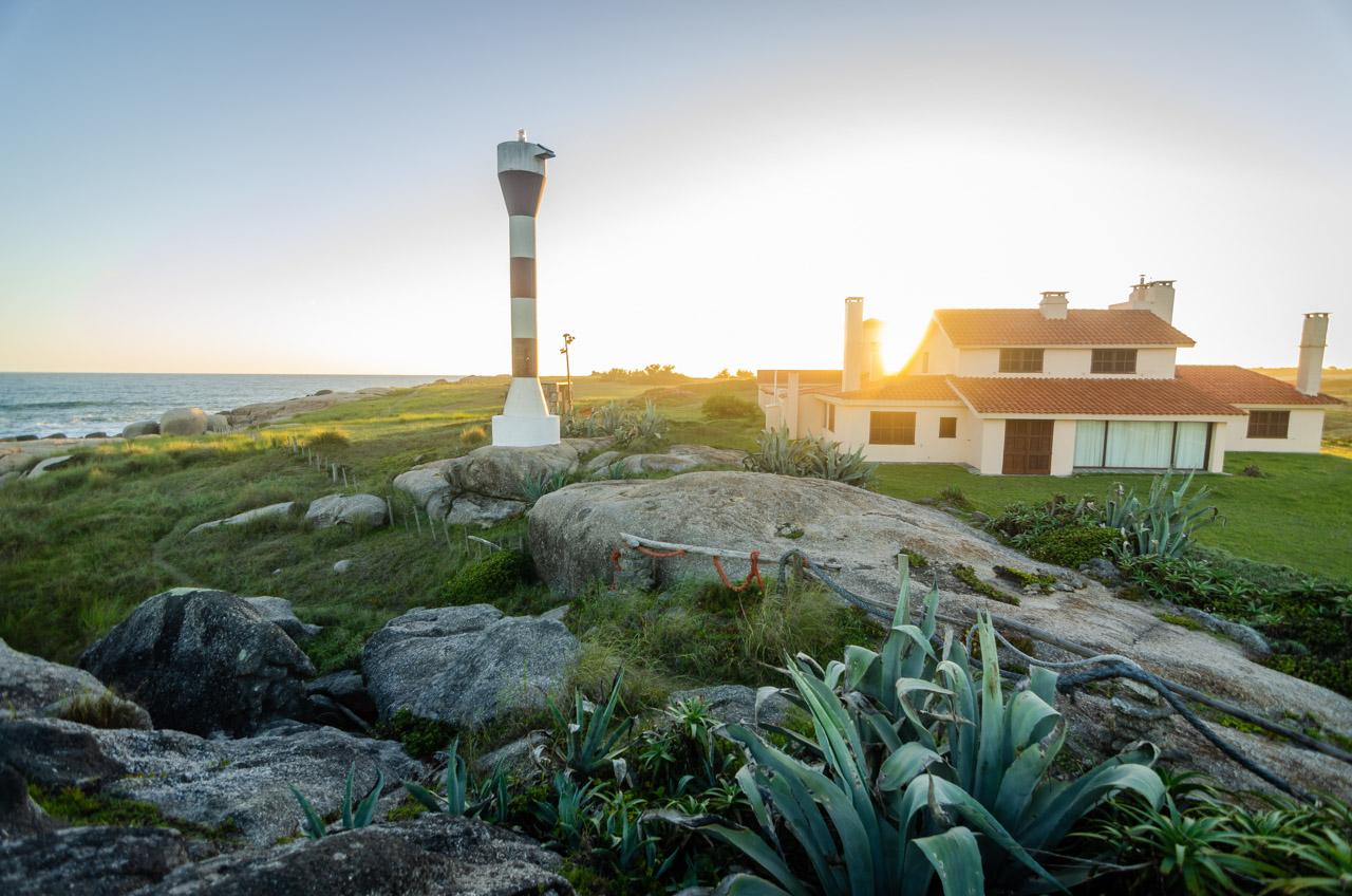 El sol baja por detrás del Faro Punta Palmar, construido en 1977 y se ubica al final de la Playa de la Viuda, en Punta del Diablo, Departamento de Rocha, Uruguay. (Elton Núñez).
