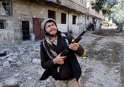 אסד טוען כי בריטניה רוצה לחמש טרוריסטים. לוחם מורדים בדמשק (צילום: רויטרס)