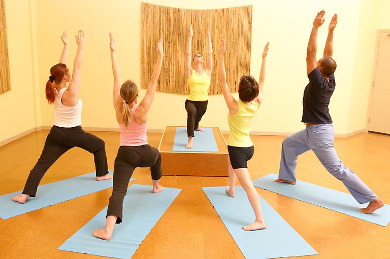 Yoga para principiantes c mo empezar yogateca - Inicio yoga en casa ...