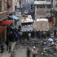 Six hundred Syrians flee besieged Old Homs in aid convoy