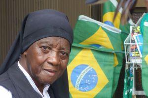 Bresil- Rio de Janeiro: Une soeur pres de la Cathedrale avec drapeau du Bresil, jour de match du Bresil!