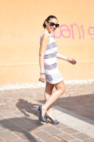 outfit-tubino-bianco-nero-scarpe-tacco-12
