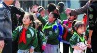 """<p>Hace algunas semanas, dos colores y dos prendas de vestir se juntaron para crear un nuevo escándalo en torno a la educación en China. Por un lado, una escuela primaria de la ciudad de Xi´an, en el centro del país, comenzó a repartir entre los peores estudiantes pañuelos de color verde, en claro contraste con el rojo de los que obtenían mejores notas. Educadores, intelectuales y periodistas <a href=""""http://spanish.news.cn/cultura/2011-10/20/c_131201335.htm"""">se quejaron </a>de que esta división entre mejores y peores estudiantes era discriminatoria y podría traer consecuencias negativas en la mentalidad de los pequeños.</p> <p>Algunos días después, los medios destaparon que una escuela de Baotou, en Mongolia Interior, daba a los mejores estudiantes uniformes rojos que además contenían en la espalda el nombre de una empresa inmobiliaria. Los jóvenes no sólo hacían de cartel publicitario, sino que además destacaban del resto de estudiantes, que vestían los habituales uniformes azules, negros y blancos. <strong>Brígida M. Herrera Gutiérrez</strong>.</p>"""