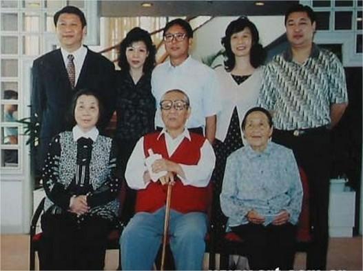 La familia Xi al completo. Las tres personas que están sentadas son Xi Zhongxun, su mujer y su hermana, Xi Dongying (习冬英). En la fila de atrás están sus hijos, de izquierda a derecha: Xi Jinping, Qi Anan, Xi Zhengning, Xi Qiaoqiao y Xi Yuanping.