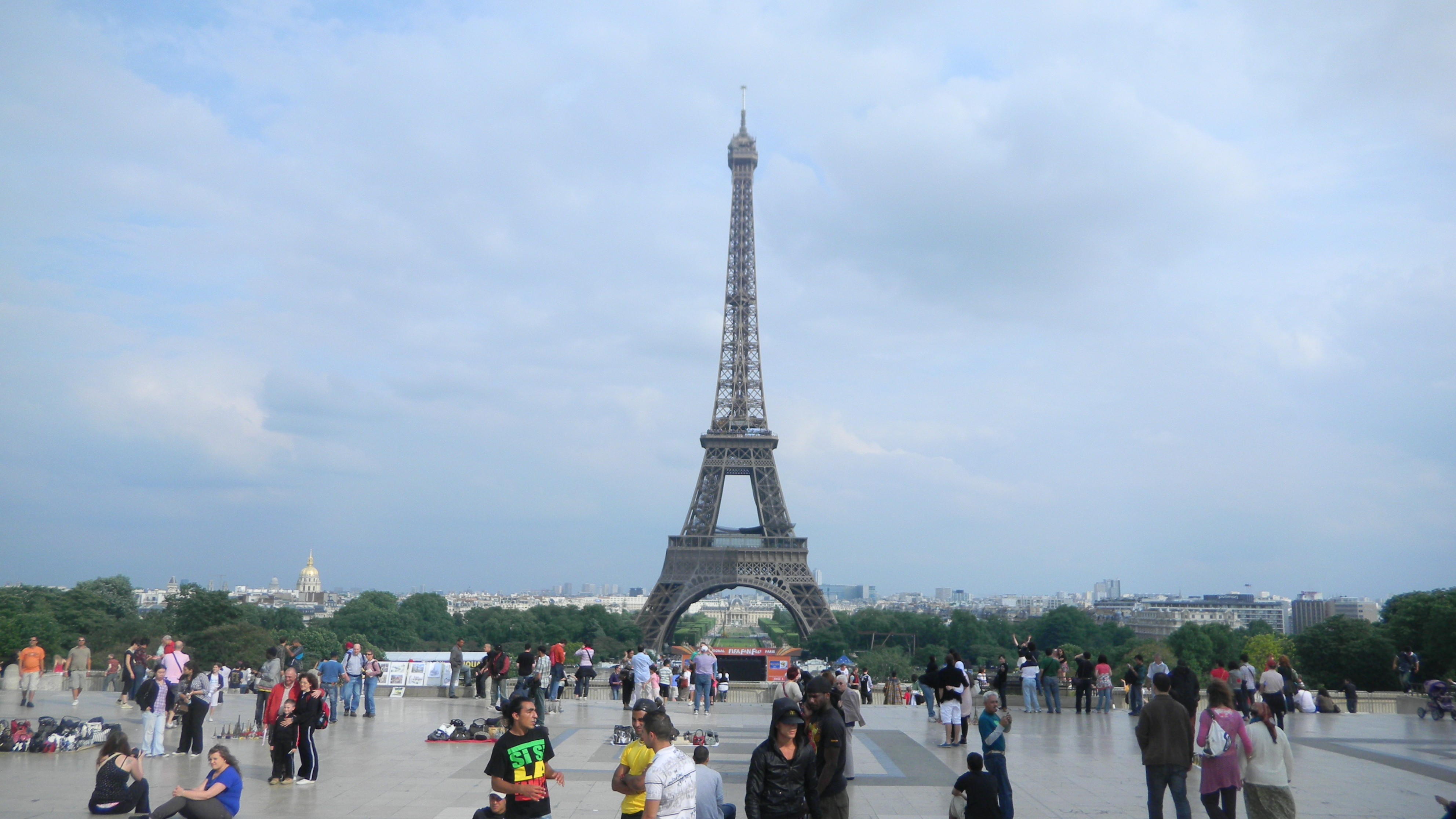 3d Wallpapers Anime Girls Tourists Near The Eiffel Tower In Summer Wallpapers And