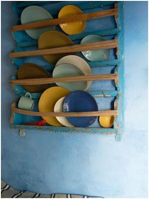 Półka-kolorowe-talerze