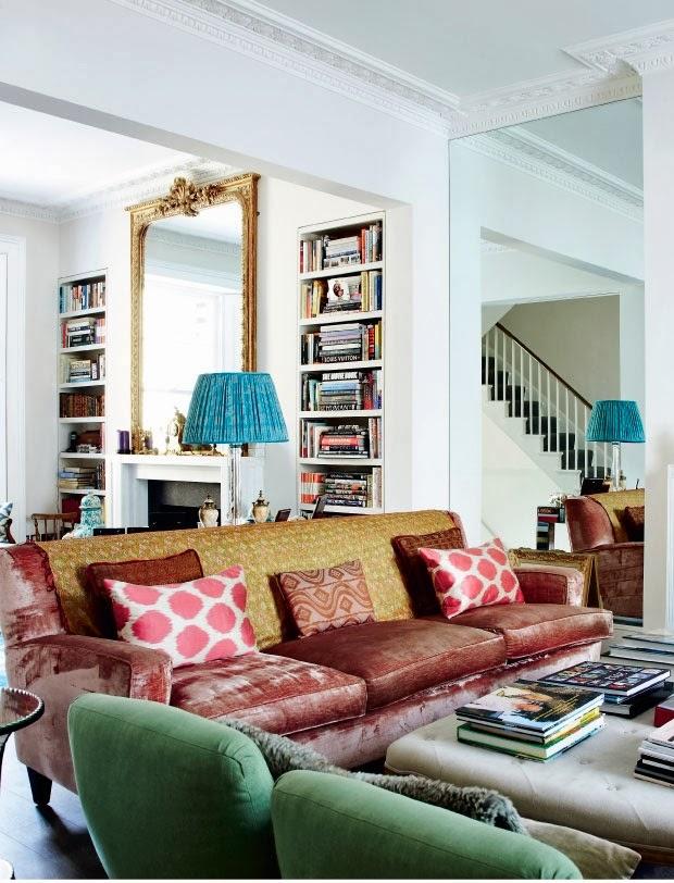 Salon z sofą i kominkiem