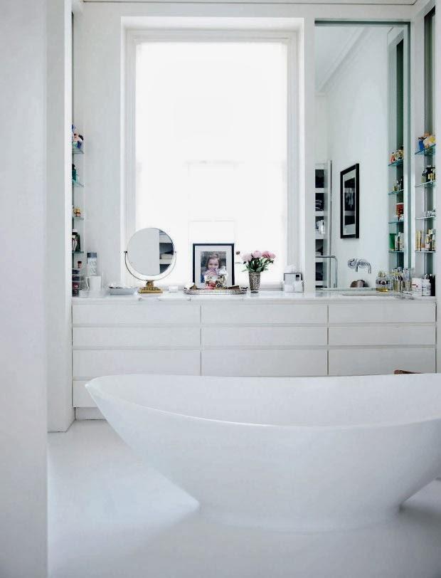 Łazienka z dużą wanną po środku