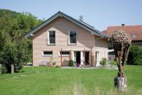 Satteldach mit Holzfassade von SchwrerHaus | zuhause3.de