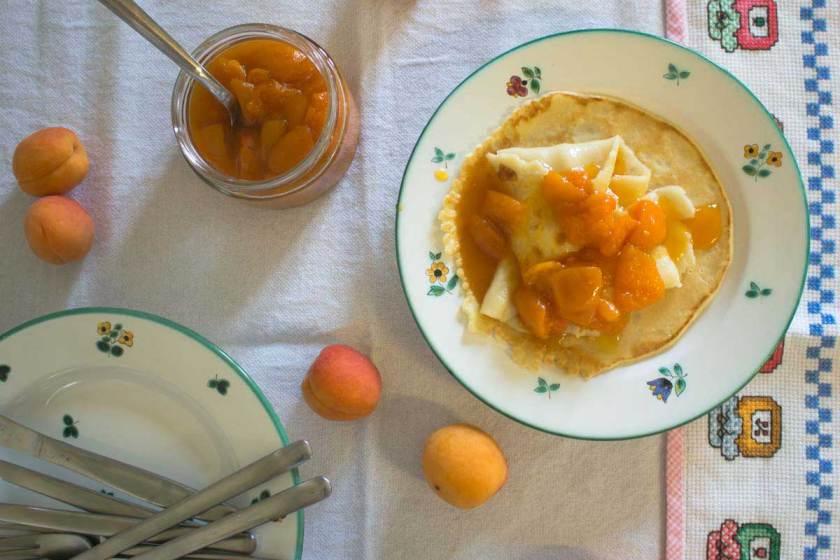 amaretto-marillen-kompott auf pfannkuchen