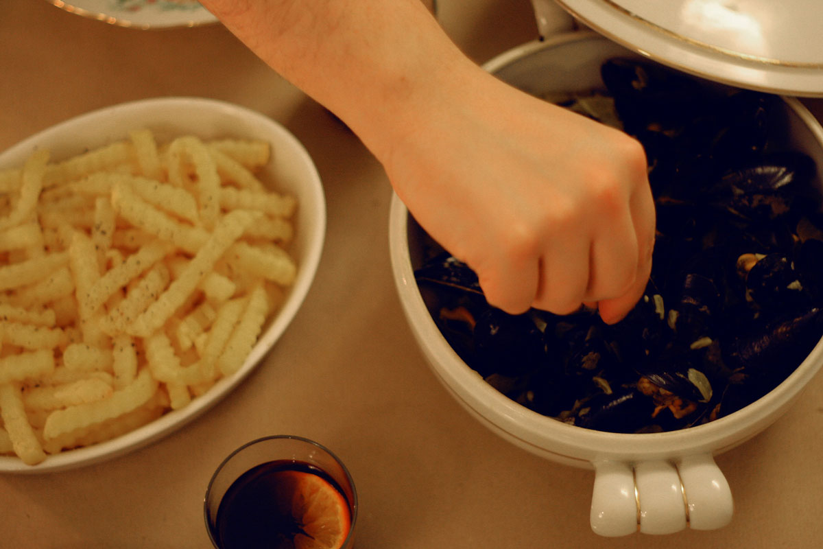 moules et frites {miesmuscheln in currysauce mit pommes frites}