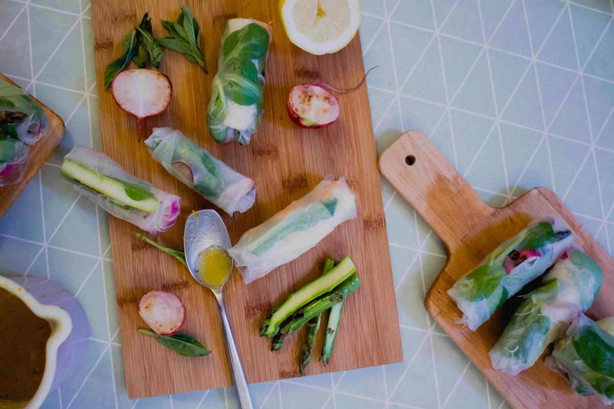 frühlingshafte sommerrollen mit spargel, radieschen + shrimps