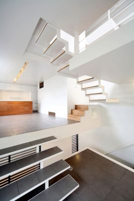 Stairs between living room and second floor (Image Courtesy Nagaishi Hidehiko)