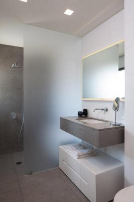 Bathroom2 : Image Courtesy Herzsage & Sternberg Architects