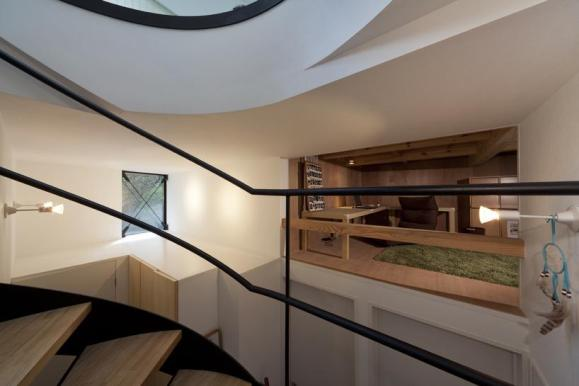 Horizontal void and framed view of loft space. photo © atelier flor