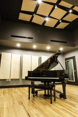 Lakehouse Studios Live Vert, Image Courtesy © Holtz Photography
