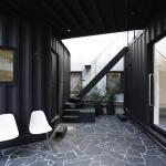 Upper floor container makes roof courtyard,  Image Courtesy © Tomokazu Hayakawa Architects