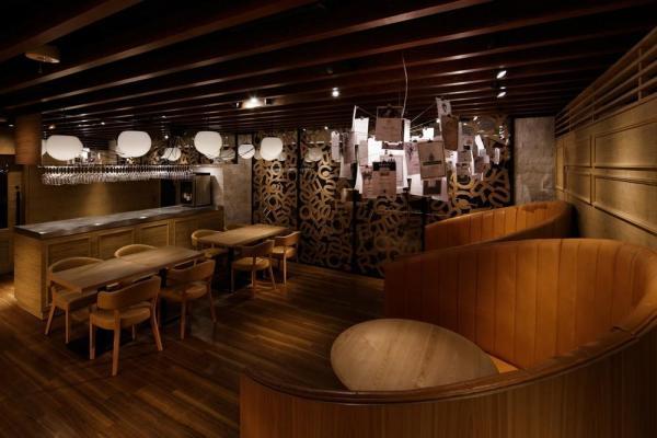 A view of the restaurant inside from the back., Image Courtesy © Satoru Umetsu/ Nacasa&Partners Inc.