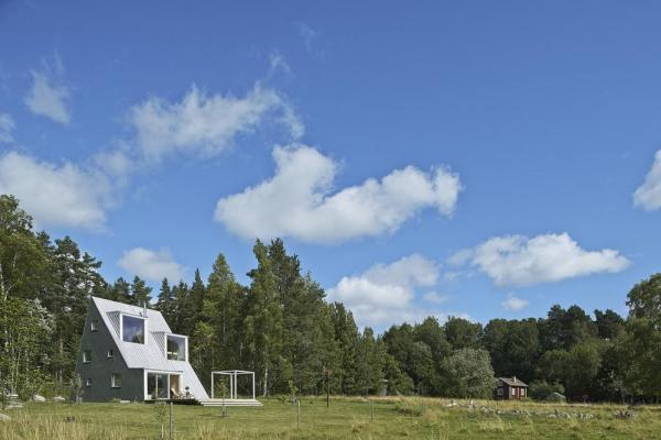 The house is at the forest line and is perceived as a terrace that rises out of the lawn, Image Courtesy © Åke E:son Lindman