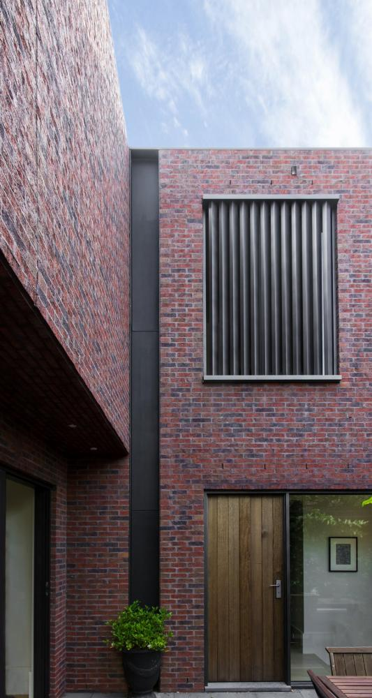 Steel detail on rear residence, Image Courtesy © B.E ARCHITECTURE